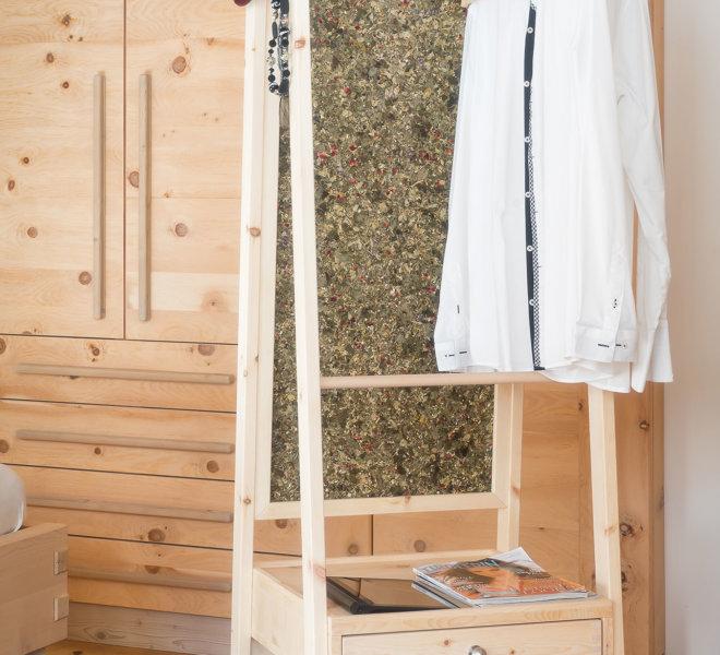 Garderobe-Zirbe-m.-AdN-Einschlafen-1
